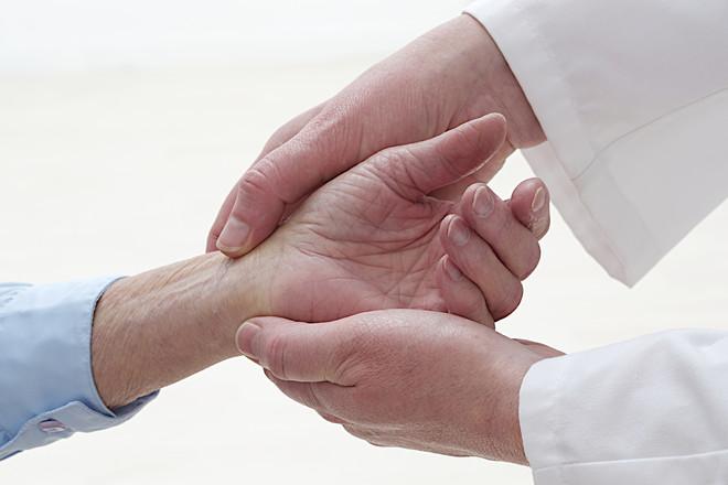 Опухают руки и болят суставы Опухают и теряют подвижность суставы